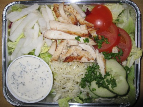 Bunte Salatplatte  mit Rohkost und Putenstreifen