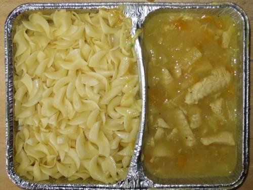 Curryhuhngeschnetzeltes mit Ananas und Pfirsich, dazu Butternudeln