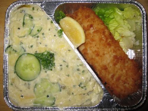 Gebackener Fisch mit Zitronenecke und Gurkenkartoffelsalat