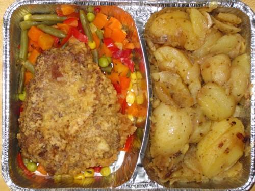 Budapester Schnitzel auf Pfannengemüse, dazu Bratkartoffeln