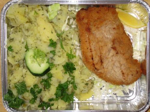 Schweineschnitzel mit Gurkenkartoffelsalat (Öl, Essig, Zwiebel)