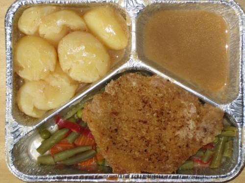 Paniertes Schweineschnitzel auf Pfannengemüse, an Robertsoße, Kräuterkartoffeln