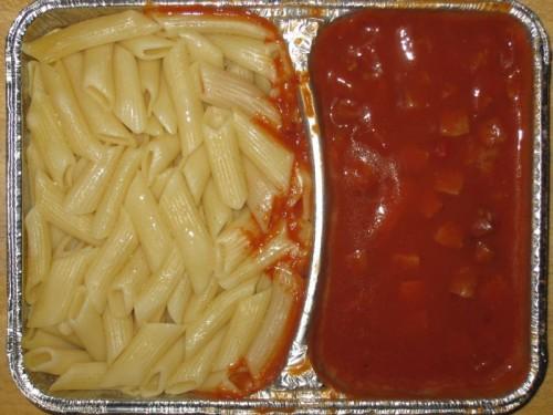 Makkaroni mit Jagdwurstwürfeln und Tomatensoße, Käse