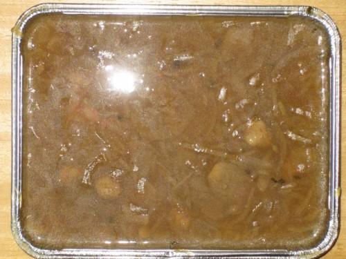Kräftige Zwiebelsuppe leicht gebunden, mit Fleischklößchen, Weißbrot und Dessert