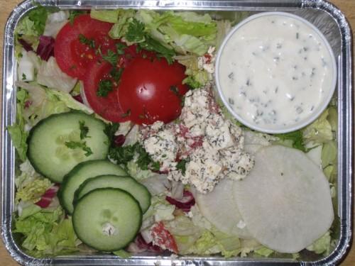 Griechischer Hirtensalat mit eingelegtem Schafskäse und Kräuterdressing