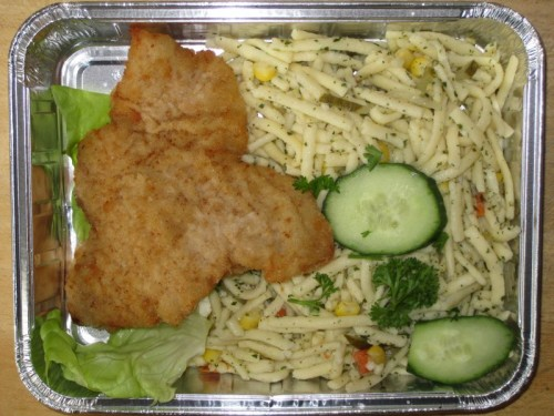 Zartes Putenschnitzel mit buntem Spätzlesalat