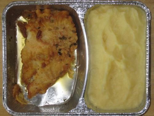 Gebackenes Fischfilet in Eihülle mit Kräuterbutter, Salat, Sahnekartoffelpüree