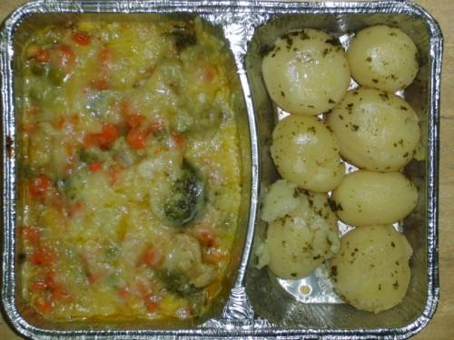 Buntes Gemüse mit Käse überbacken, an Kräuterkartoffeln