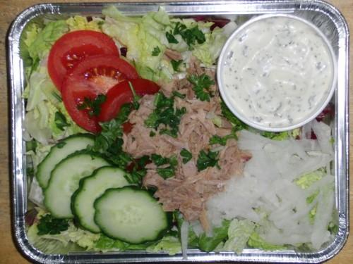 Frische Blattsalate mit Tomate, Thunfisch, dazu Kräuterdressing