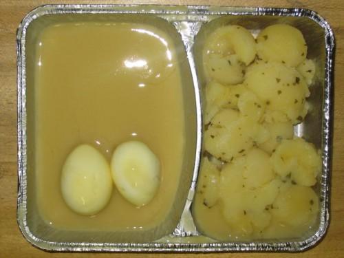 2 saure Eier in Senfsoße, mit Petersilienkartoffeln und Möhren-Apfel-Salat