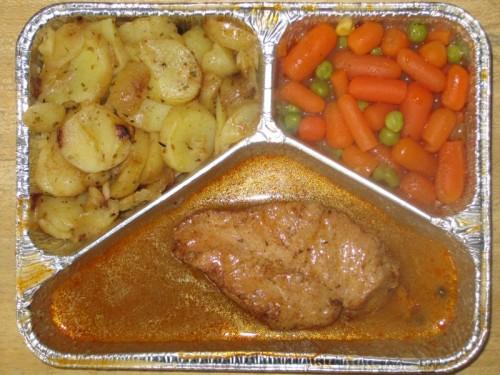 Gegrilltes Geflügelsteak in Pfeffersoße, zartes Gemüse, Bratkartoffeln