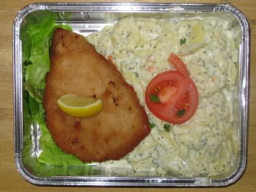Schweineschnitzel mit Zitronenecke und Kartoffelsalat