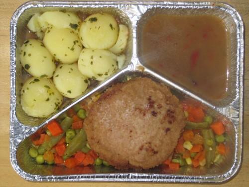 Panierte Jagdwurstscheibe mit Jägersoße, Buttergemüse und Kräuterkartoffeln