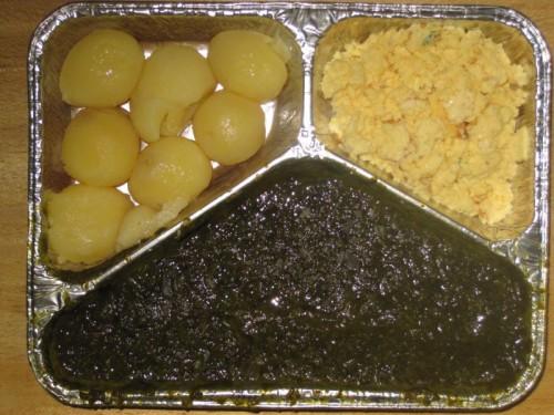 Spinat mit Rührei, Salzkartoffeln, Joghurt