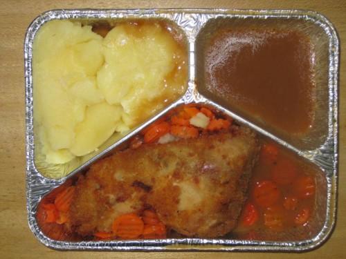 Wiener Backhähnchen mit Geflügelsoße, auf Möhrengemüse und Salzkartoffeln