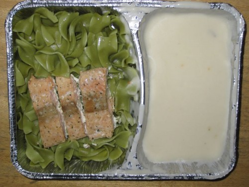 Grüne Nudeln mit Lachsstreifen und Sahnesoße