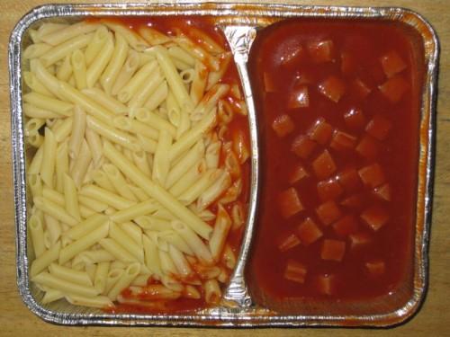 Makkaroni mit Wurstwürfeln und Tomatensoße