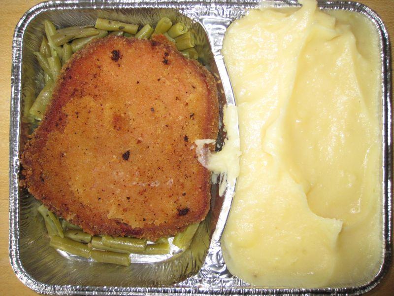 Panierter Leberkäse auf Butterbohnen, dazu Sahnekartoffelpüree