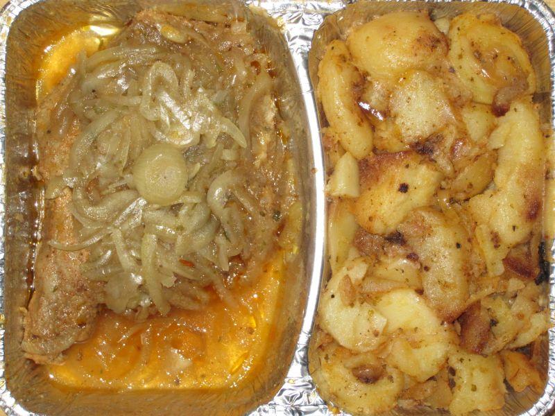 Thüringer Rostbrät´l auf einem Zwiebelbett mit Bratkartoffeln