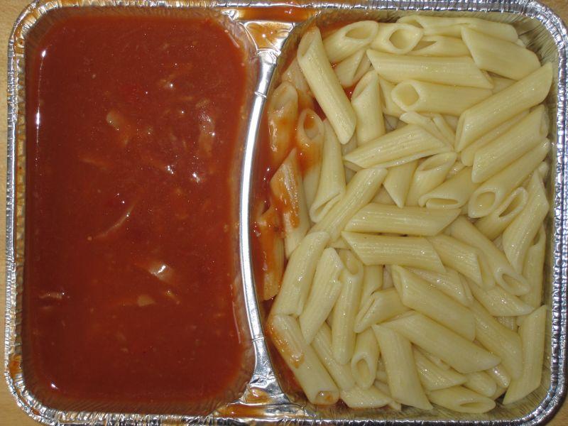 Makkaroni mit Schinkenstreifen und Tomatensoße