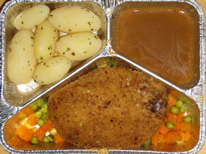Schweineschnitzel mit Buttergemüse und Kräuterkartoffeln
