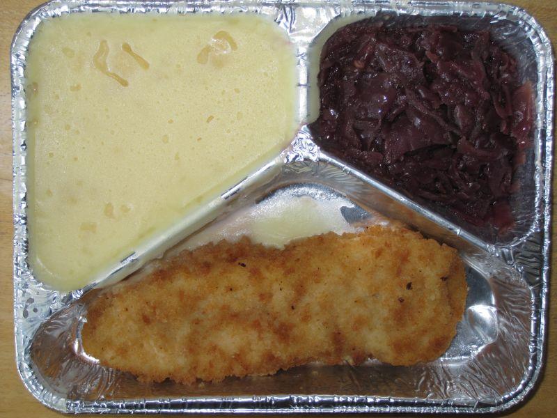 Paniertes Fischfilet mit Rotkohl und Kartoffelpüree