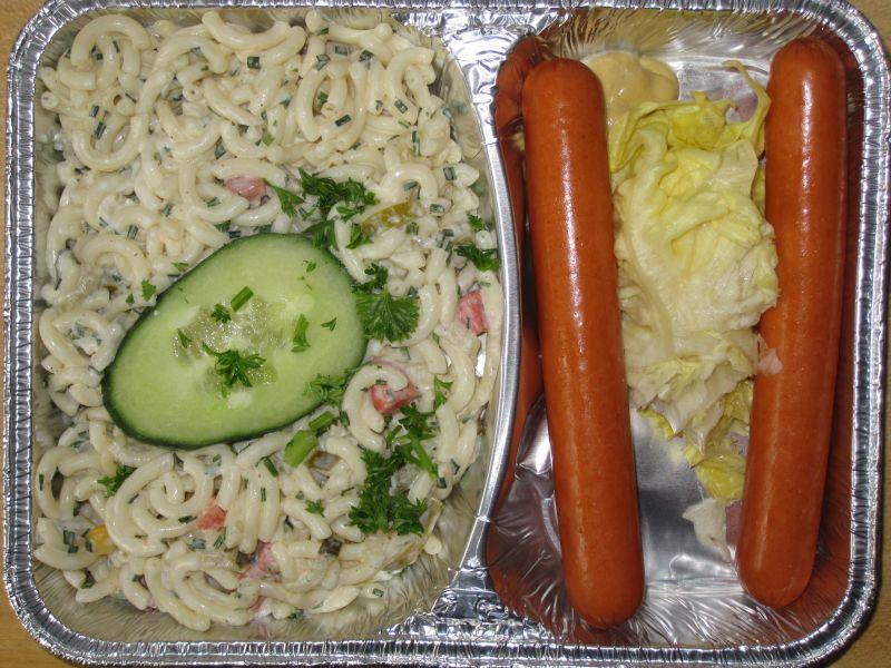 Bunter Nudelsalat mit 1 Paar Wiener Würstchen und Senf