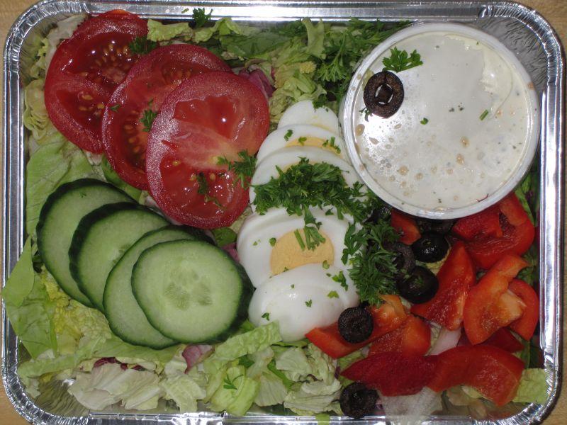 Andalusische Salatplatte mit Oliven, Ei, Tomate, Dressing