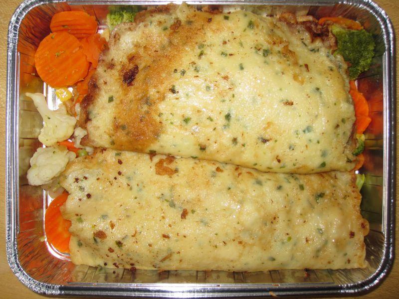 Kräuterpfannkuchen gefüllt mit Gemüse, dazu Frischkäsecreme
