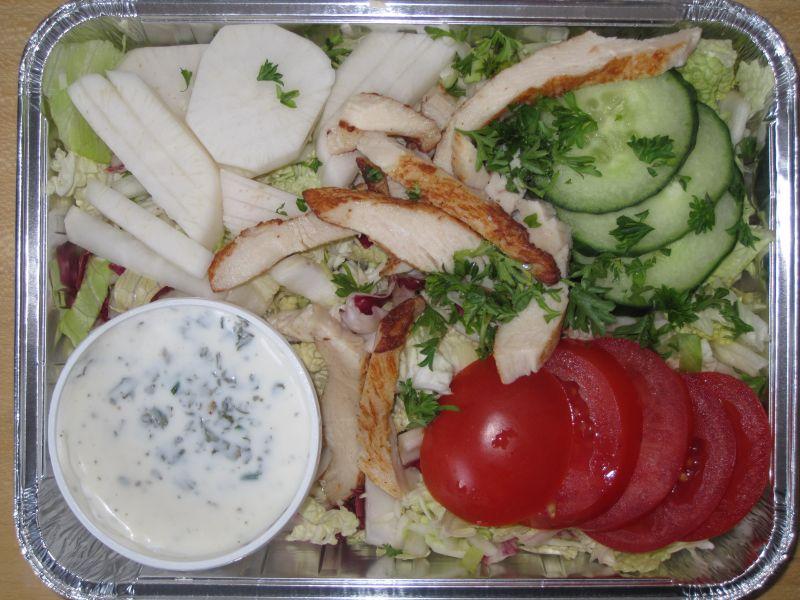 Frische Blattsalate mit Putenbruststreifen, Joghurtdressing