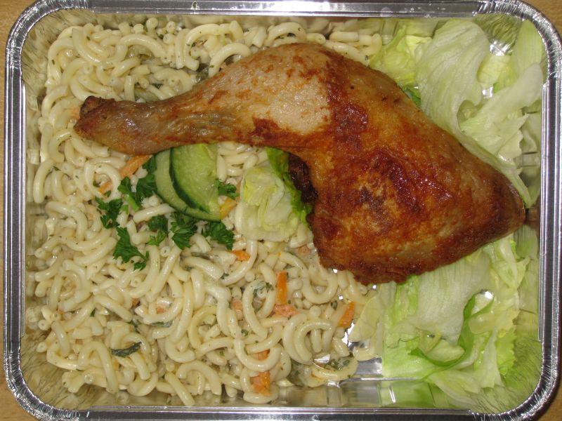 Gegrillte Hähnchenkeule bunt garniert, dazu Nudelsalat