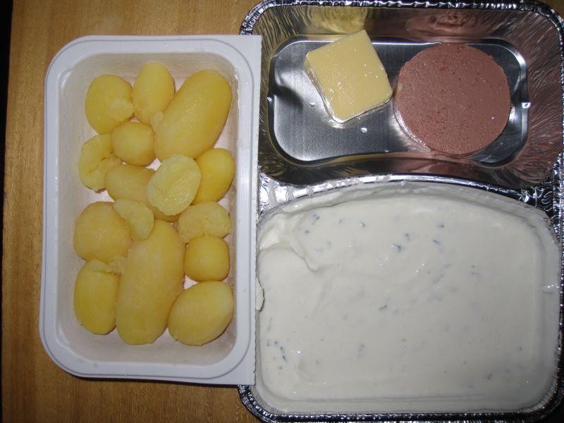 Hausgemachter Kräuterquark mit Sahneleberwurst, Butter, Salzkartoffeln