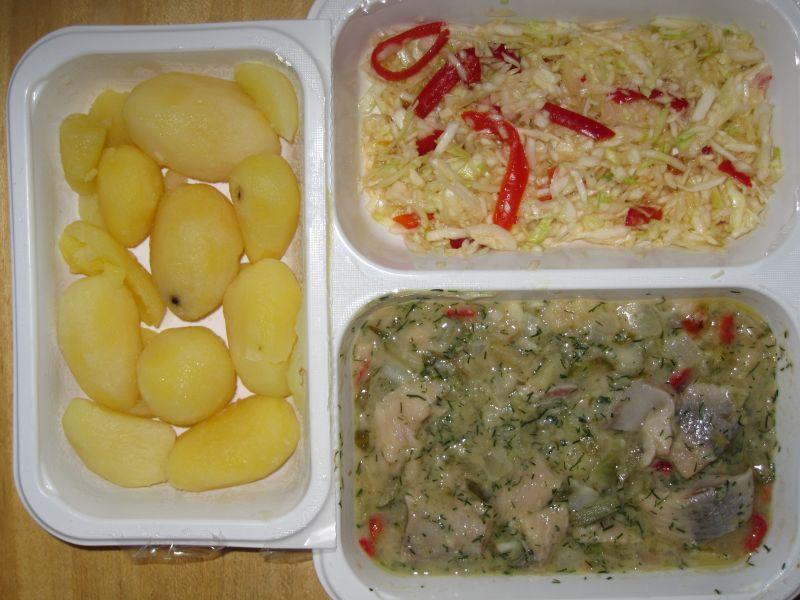 Heringshäckerle mit bunter Rohkost und Salzkartoffeln