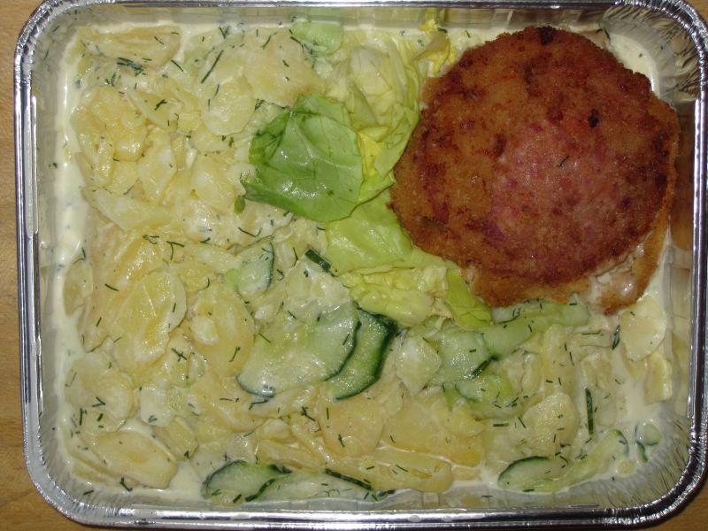 Gurkenkartoffelsalat mit frischem Dill dazu eine panierte Jagdwurstscheibe (Kaltmenü)