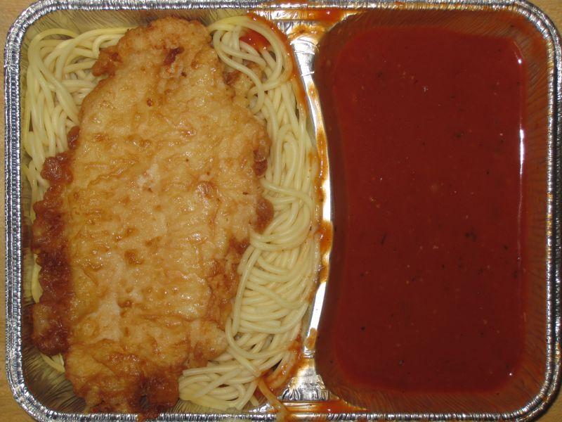 """""""Piccata Milanese"""" (Putenschnitzel in Käsehülle) auf Butterspaghetti mit Tomatensoße"""