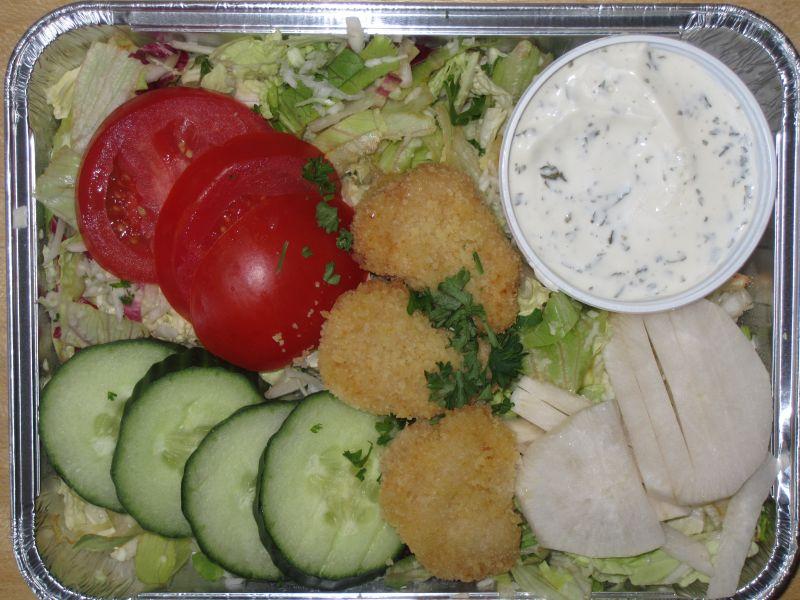 Bunte Salatplatte mit 3 Hähnchennuggets und Kräuterdressing