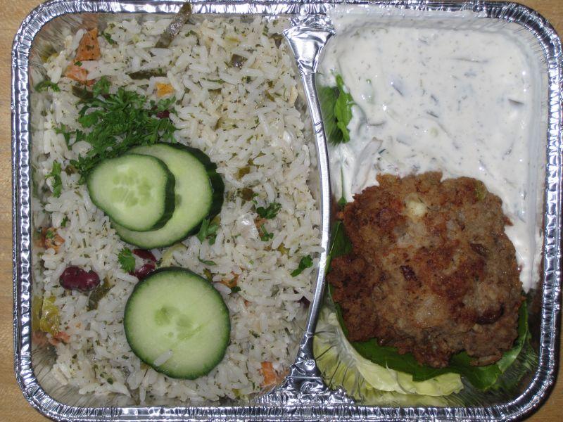Griechisches Hacksteak mit Tsatsikidressing und Gemüse-Reis-Salat