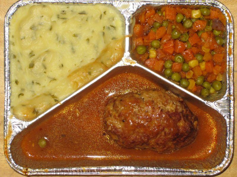 Schwalbennester (Beefsteak mit Eifüllung) mit buntem Gemüse und Kräuterkartoffelpüree