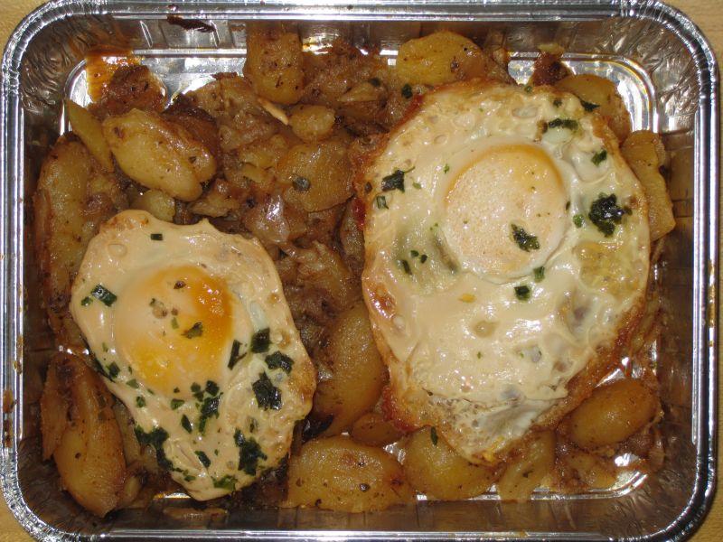 2 Spiegeleier auf Bratkartoffeln, dazu ein kleiner Bauernsalat