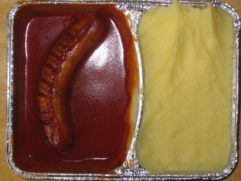 Currywurst in würzigem Tomatendip, mit Kartoffelpüree