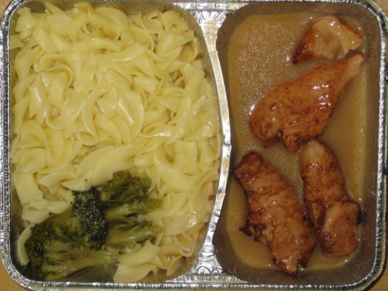 Hähnchenpfanne 3 Hähnchenfilets in Sahnesoße, an Broccoli und Butternudeln