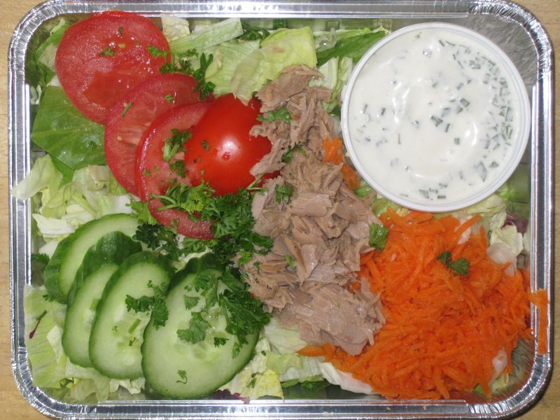 Frische Blattsalate mit Tomate, Gurke, Thunfisch und Dressing