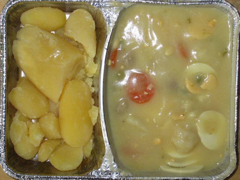 Feines Eierfrikassee mit Fleischbällchen, buntem Gemüse, Kartoffeln