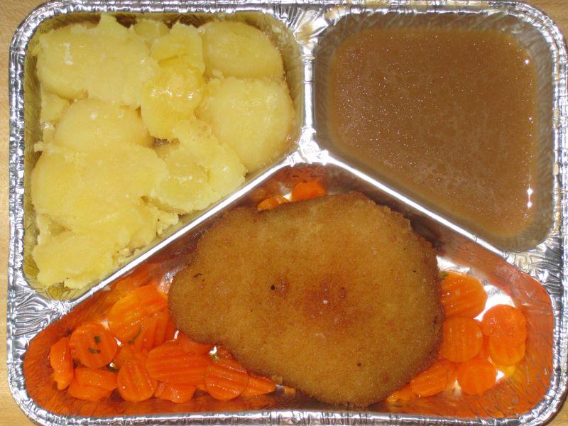"Hähnchenbrust ""Kiew"" gefüllt mit Kräuterbutter, auf Möhrengemüse, Bratensoße, Kartoffeln"