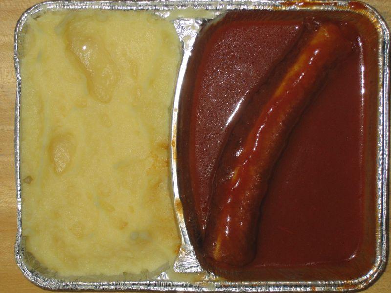 Currywurst in Tomatensoße, Kartoffelbrei und Dessert