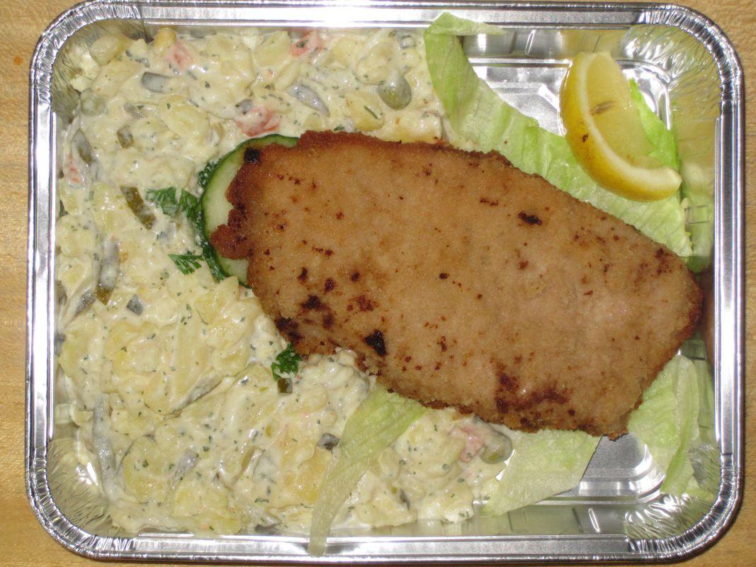 Zartes Schweineschnitzel bunt garniert mit Pulsnitzer Kartoffelsalat