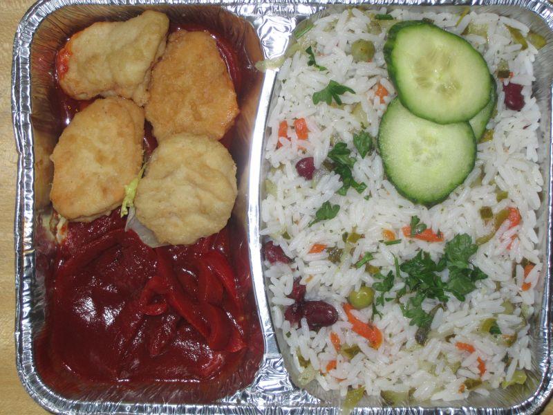 4 Hähnchencrossies bunt garniert, mit Reissalat, dazu Letschodip
