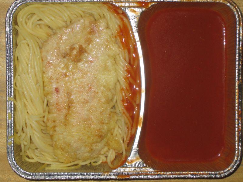 """Piccata Milanese"" (Hähnchenfilet in Eihülle) in Tomatensoße, dazu Spaghetti"