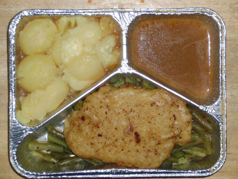 Schweineschnitzel in einer Senfkruste, mit Butterbohnen und Salzkartoffeln