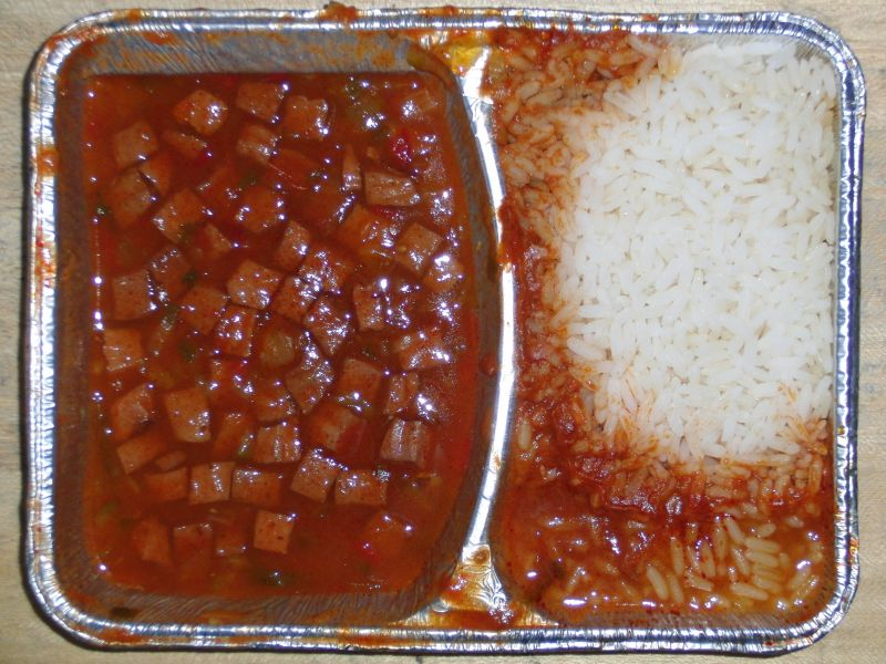 Pikanter Wurstgulasch mit Reis, Dessert